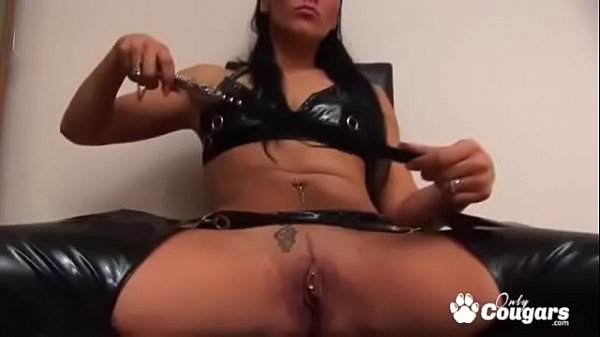 samanta-fucks-her-pierced-pussy-in-leather-chaps