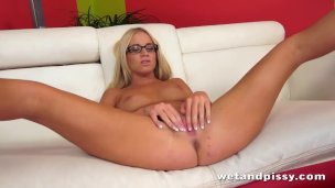hot-blonde-kiara-lord-loves-to-piss-and-play