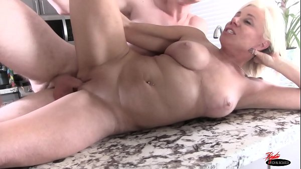 milf-has-no-money-to-pay-for-groceries-creampie